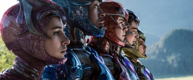 A quem confiar a missão de salvar a Terra? Adolescentes, obviamente! Go, Go, POWER RANGERS! Jason(Dacre Montgomery), Billy(RJ Cyler), Kimberly(Naomi […]